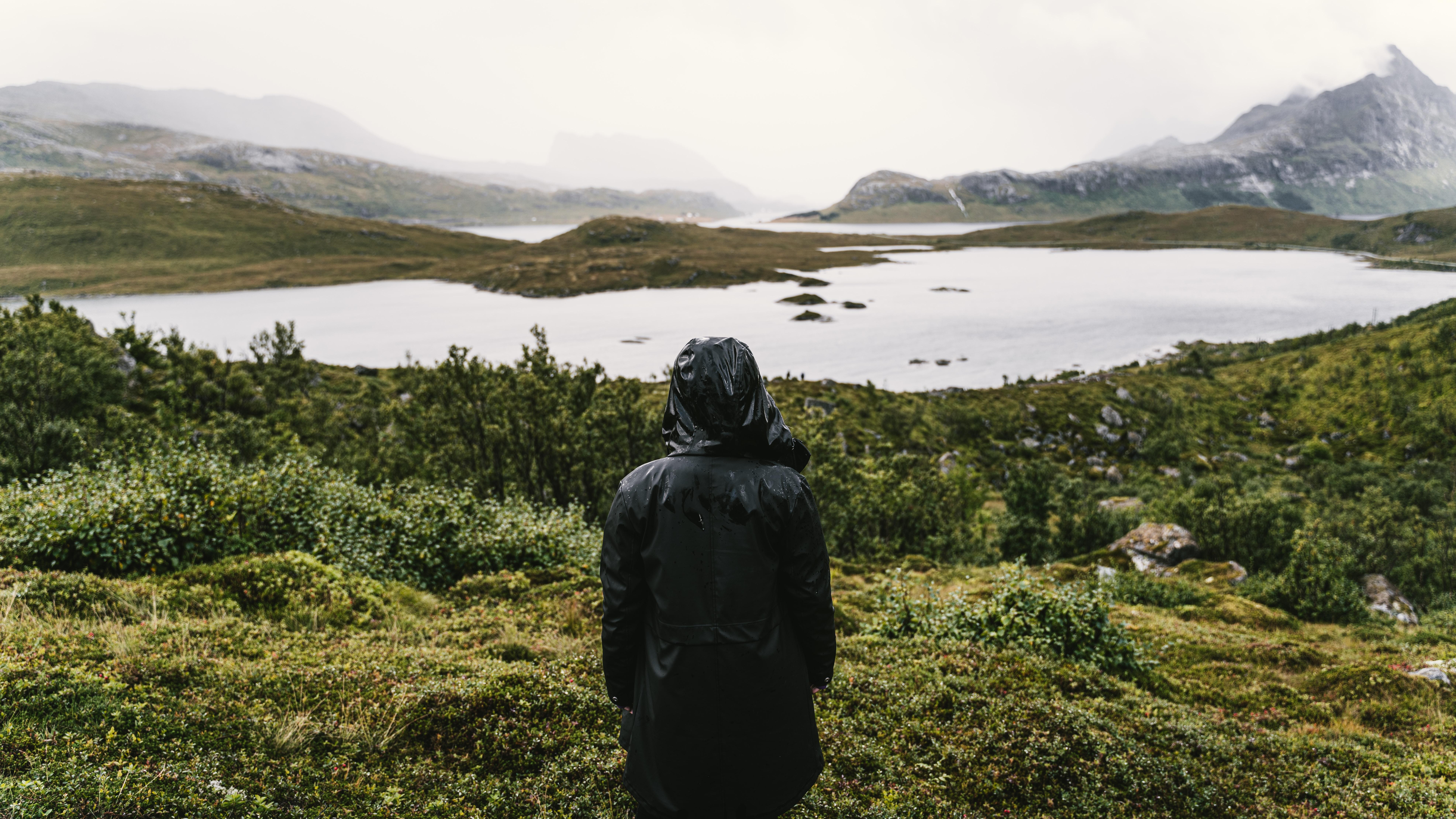 Kobieta w Ortalionowym Płaszczu